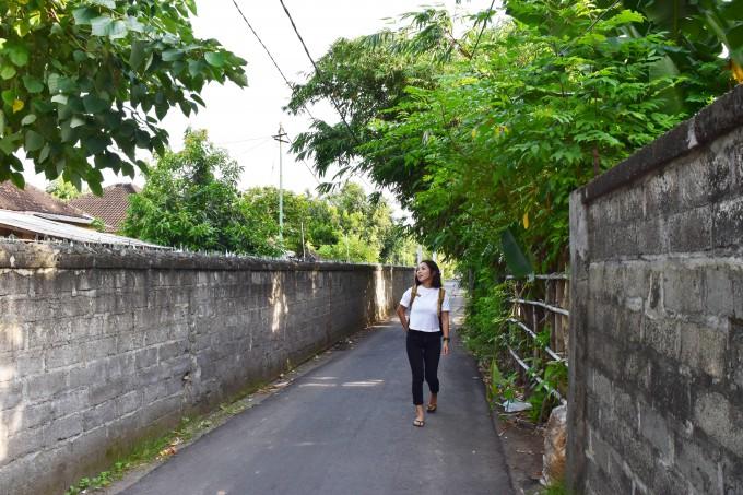 バリ島の道を歩くちゃんなる