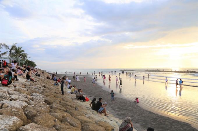 スガラビーチに集まる多くの観光客