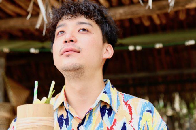 バリ島アヤナのクブビーチクラブのカクテルを飲むカイリ