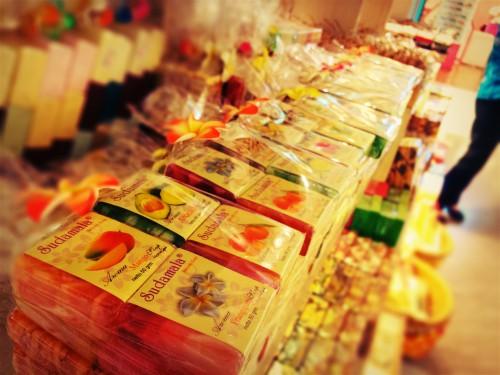 お店に並ぶプルメリアやパパイヤなどの南国風石鹸