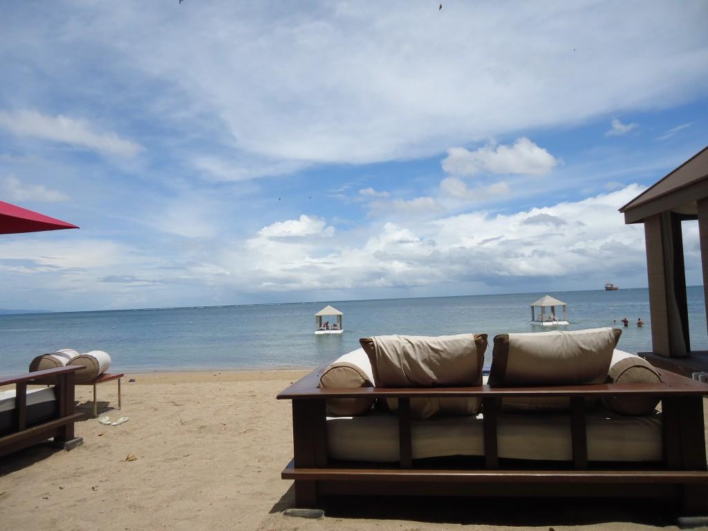 バリ島ビーチとビーチソファー