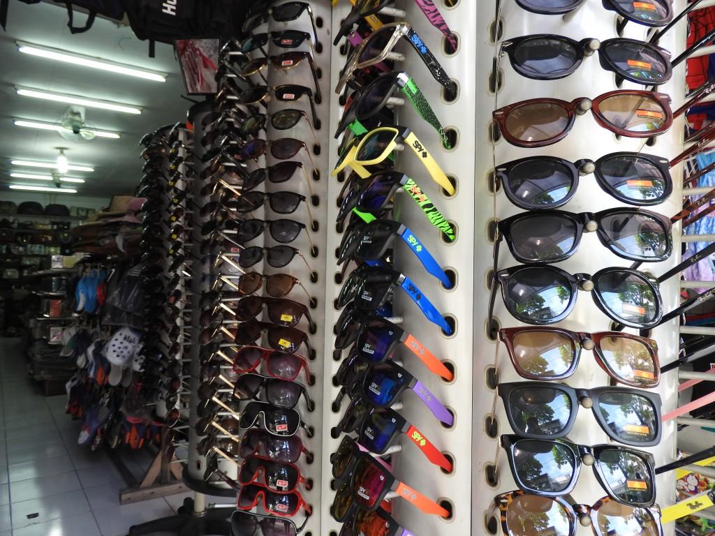 お店に並ぶサングラス