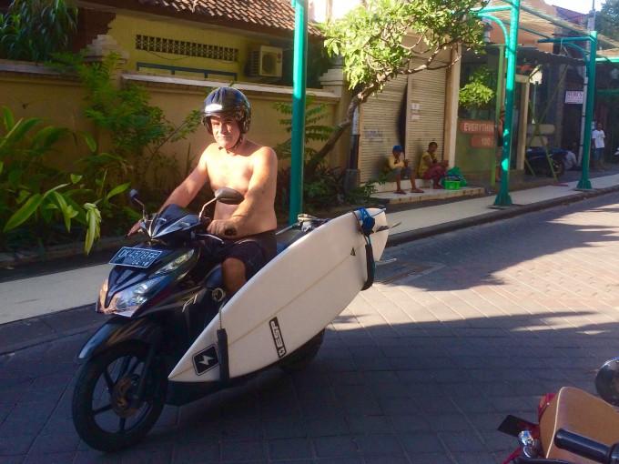 レンタルバイクに乗る観光客