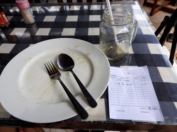 食べ終わったお皿と伝票