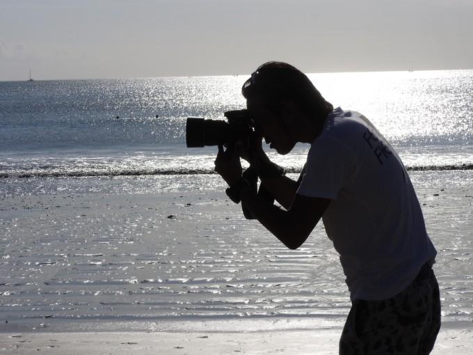 写真を撮るBLESS代表ハシモトさん