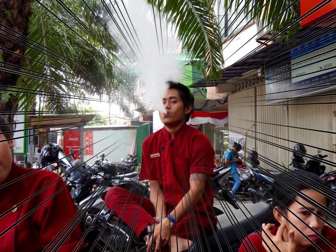 電子タバコを吸うインドネシア人