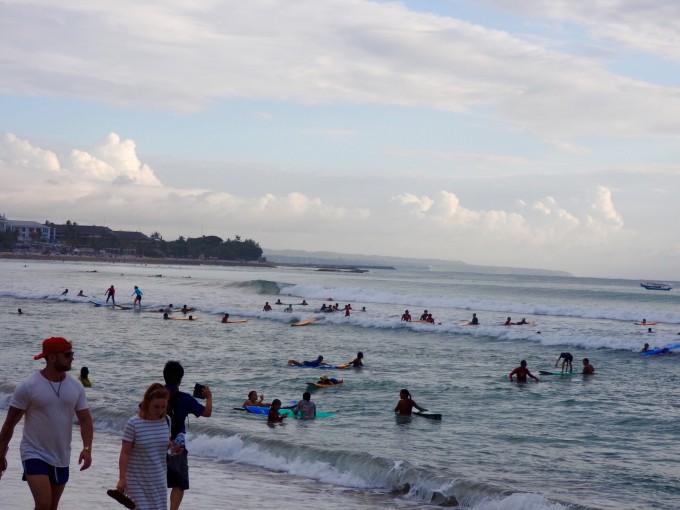 サーフィンをするたくさんのサーファー
