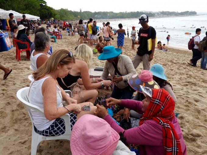 シェンエンオバチャンに囲まれてる金髪外国人