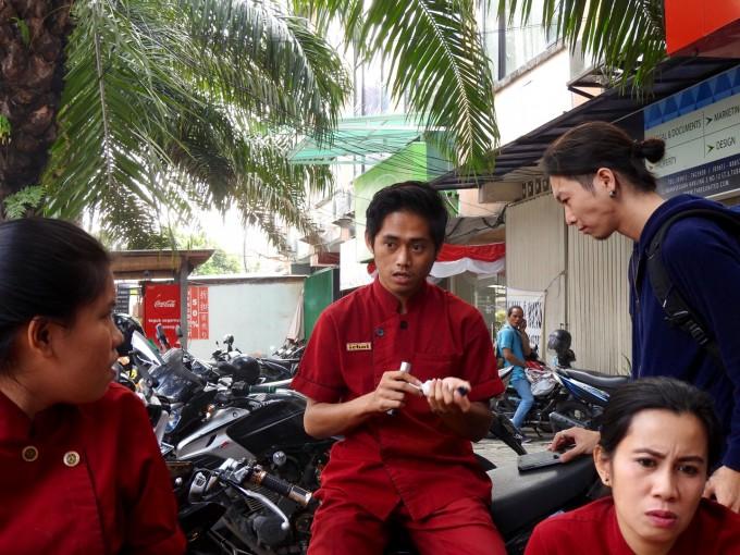 電子タバコの説明をするインドネシア人