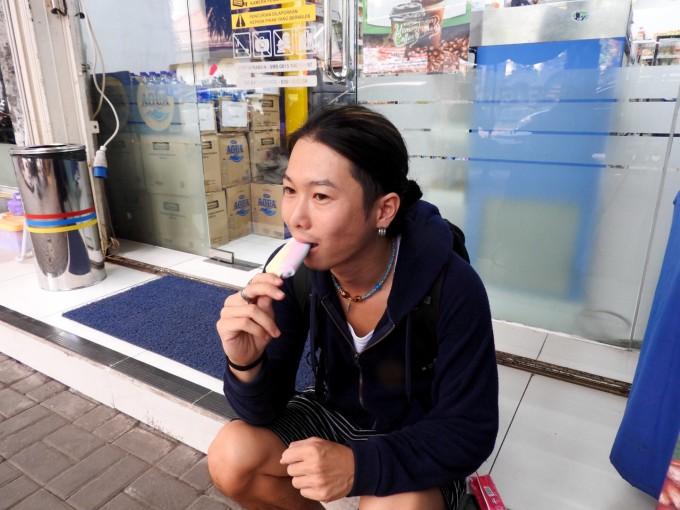 アイスを食べるホリ