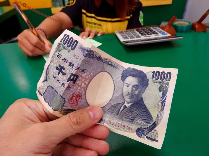 両替所で千円をだすホリ