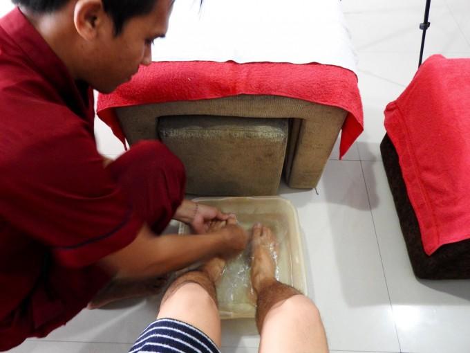 ホリの足を洗うスタッフ