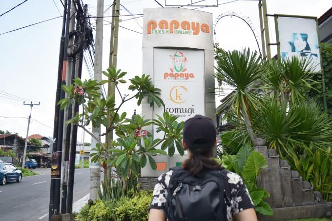 バリ島にある日本食スーパーパパイヤの看板