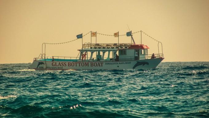 海に浮かぶグラスボート