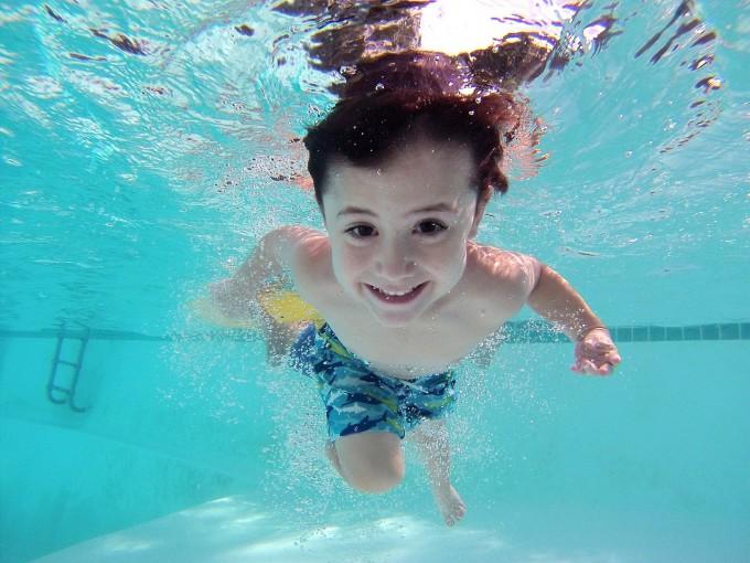 ウォーターボムで泳ぐ子供