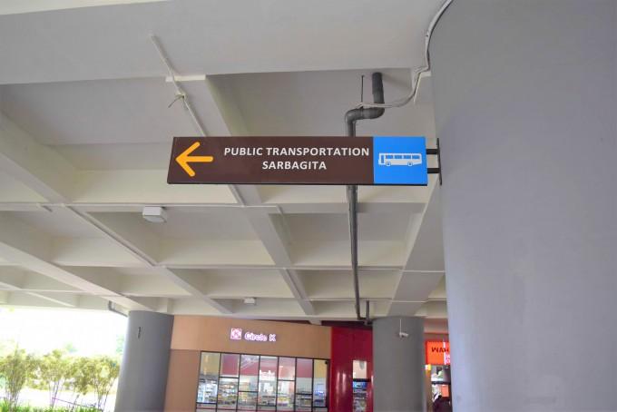 空港の公共バスの案内板