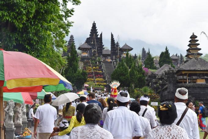 ブサキ寺院に参拝する多くの人々