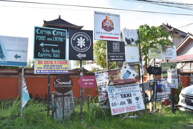 バリ島チャングーにある無数の看板