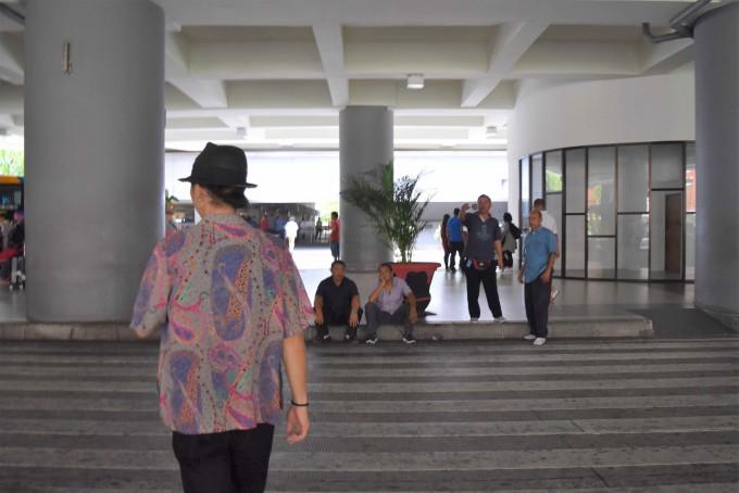 空港でエアポートタクシー乗り場を歩くホリ