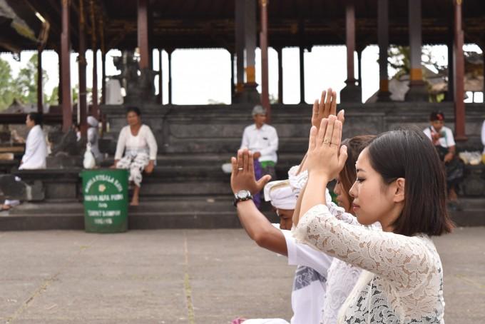 ブサキ寺院でお祈りをするちゃんなるとバリ倶楽部スタッフ