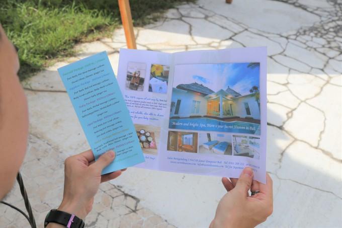 バリ島のレイキのパンフレットを読むホリ