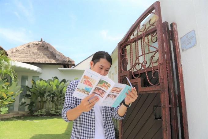 バリ島のレイキについてパンフレットを読むホリ
