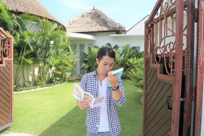 バリ島のレイキのパンフレットを見るホリ