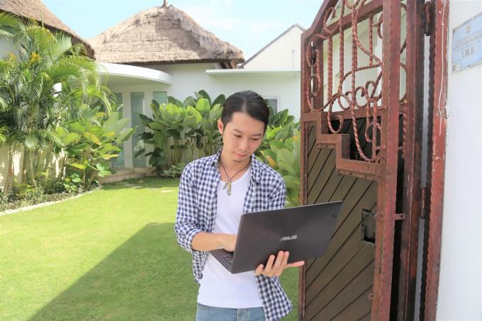 バリ島のレイキヒーリングについて調べるホリ