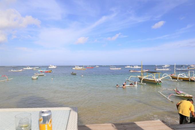 サヌールビーチに浮かぶ船