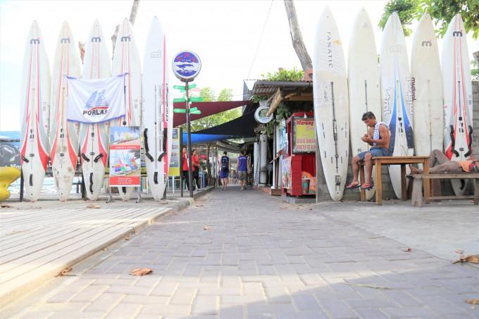 サヌールビーチ沿いの小道