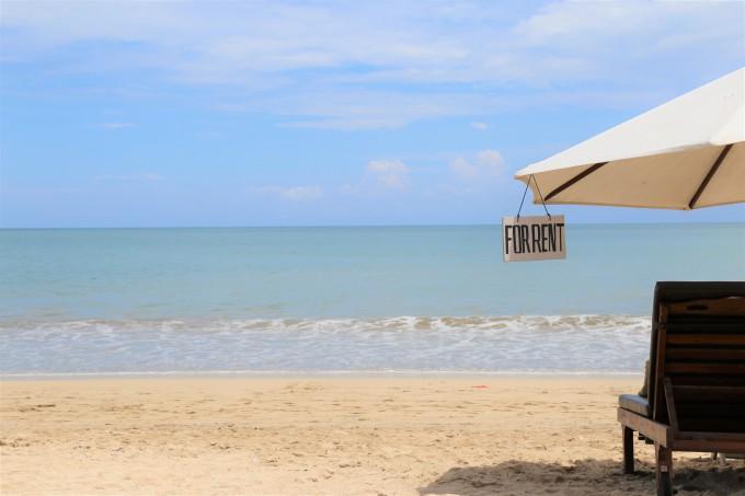 ジンバランビーチとパラソル