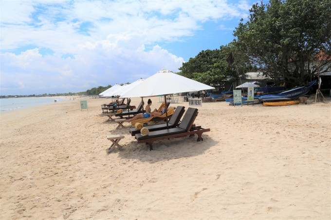 ジンバランビーチとビーチベッド