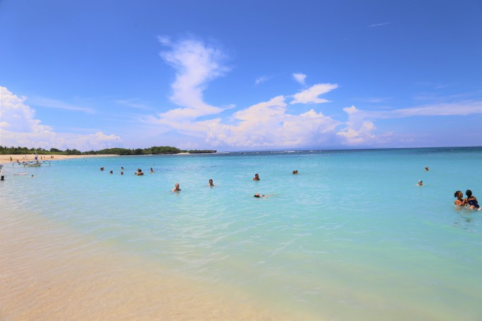 ヌサドゥアビーチで泳ぐ観光客