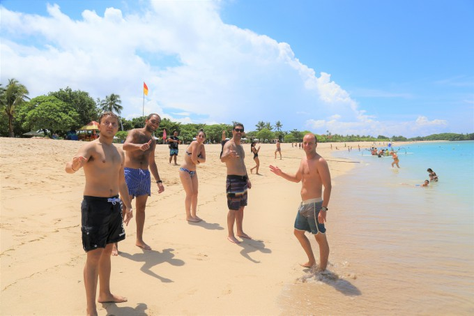 ヌサドゥアビーチで遊ぶ外国人