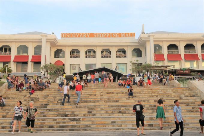 ディスカバリーショッピングモールの裏に集まる多くの観光客