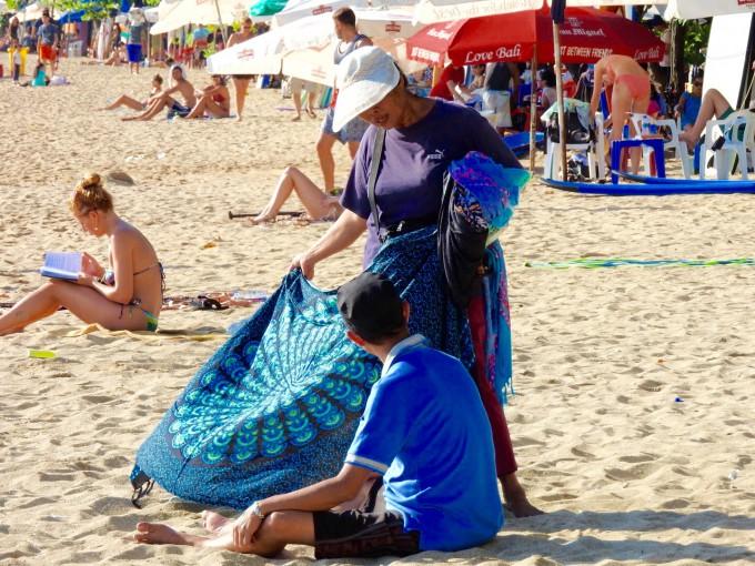 クタビーチで物を売るおばちゃん