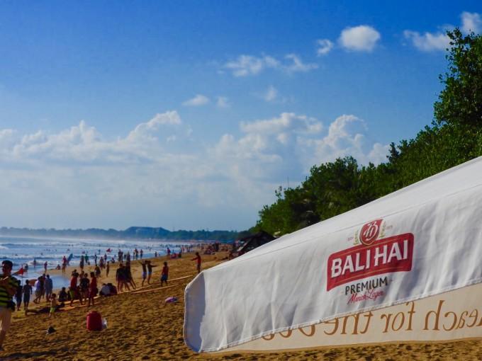 クタビーチに集まる多くの観光客