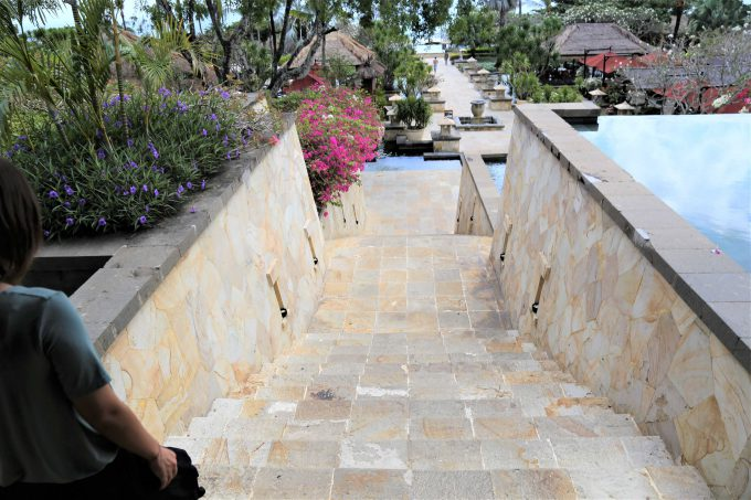バリ島アヤナリゾート&スパバリの階段を下るちゃんなる