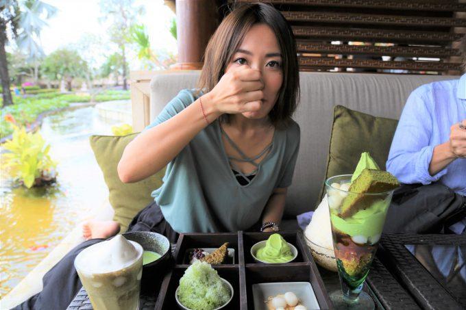 バリ島アヤナリゾート&スパバリのTSUJIRIのソフトクリームを食べるちゃんなる