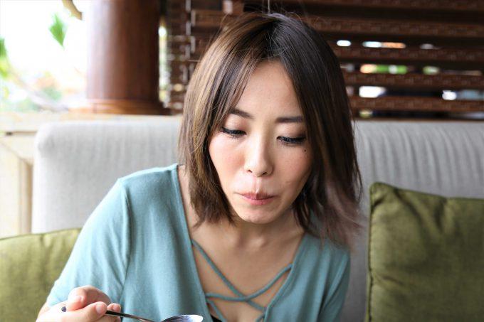 バリ島アヤナリゾート&スパバリのTSUJIRIのフロートを食べるちゃんなる