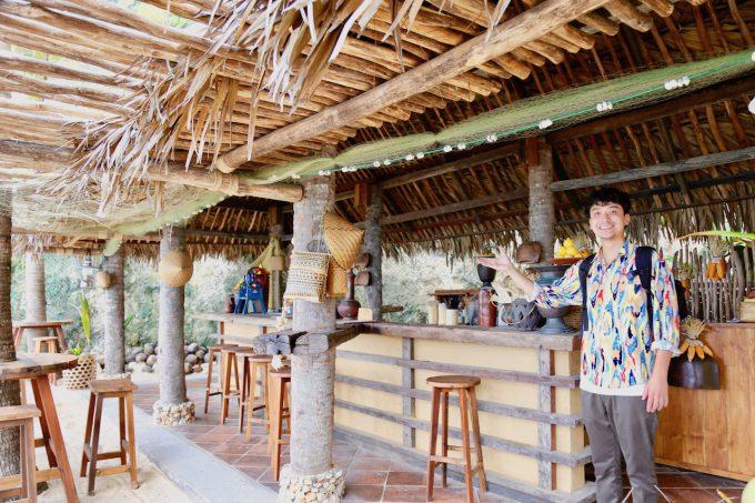 バリ島アヤナのクブビーチクラブに到着したカイリ