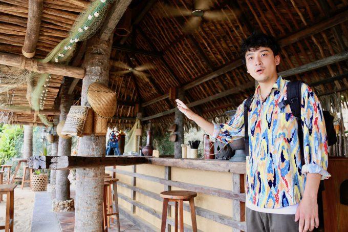 バリ島アヤナのクブビーチクラブの店内について話すカイリ