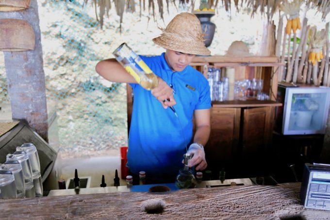 バリ島アヤナのクブビーチクラブでドリンクをつくつスタッフ