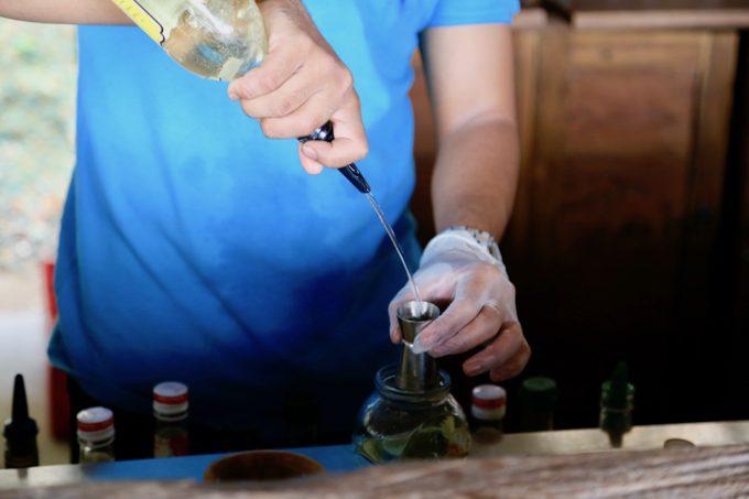 バリ島アヤナのクブビーチクラブでカクテルを作るスタッフ