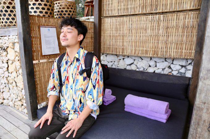 バリ島アヤナのクブビーチクラブのガゼボに座るカイリ