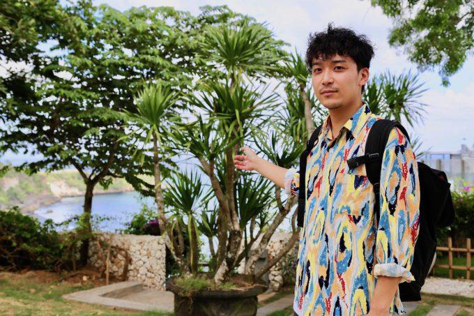 バリ島アヤナのクブビーチクラブに向かうカイリ