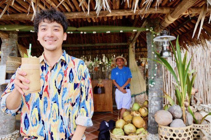 バリ島アヤナのクブビーチクラブのカクテルについて話すカイリ