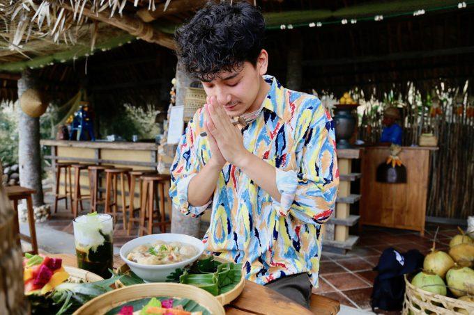 バリ島アヤナのクブビーチクラブの料理を食べるカイリ