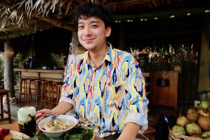 バリ島アヤナのクブビーチクラブの料理説明をするカイリ