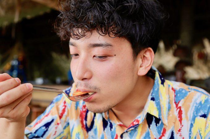 バリ島アヤナのクブビーチクラブのルジャックを食べるカイリ
